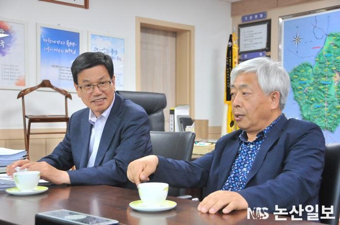 (좌측부터) 김돈곤 청양군수와 전순환 충남지역신문연합회장.JPG